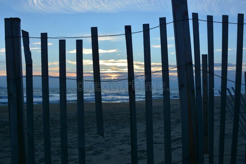 Zewnętrzny banka wschód słońca jak widzieć erozji kontroli drutu i drewna fechtunek fotografia royalty free