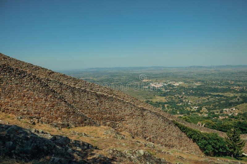Zewnętrzny kamiennej ściany wydźwignięcie wzdłuż wzgórza w Marvao obraz stock