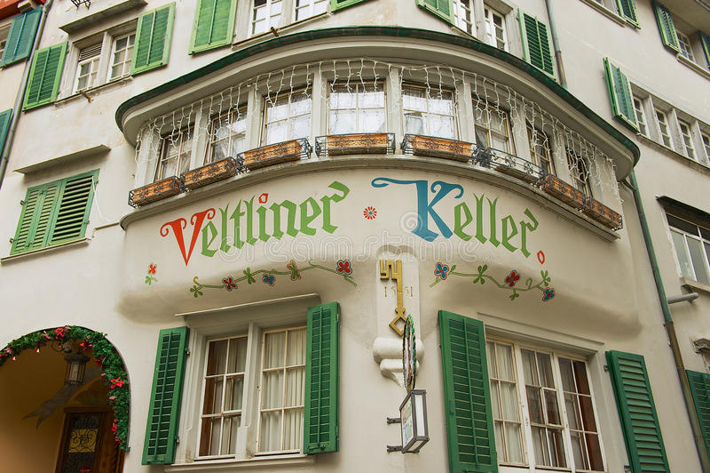 Zewnętrzny szczegół dziejowy budynek w w centrum Zurich, Szwajcaria obrazy stock