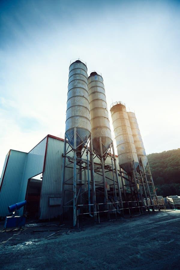 Zewnętrzny widok cementowa fabryka zdjęcia royalty free