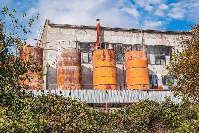 Zewnętrzny widok cementowa fabryka obrazy royalty free
