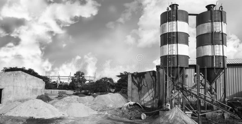 Zewnętrzny widok cementowa fabryka, India obraz stock