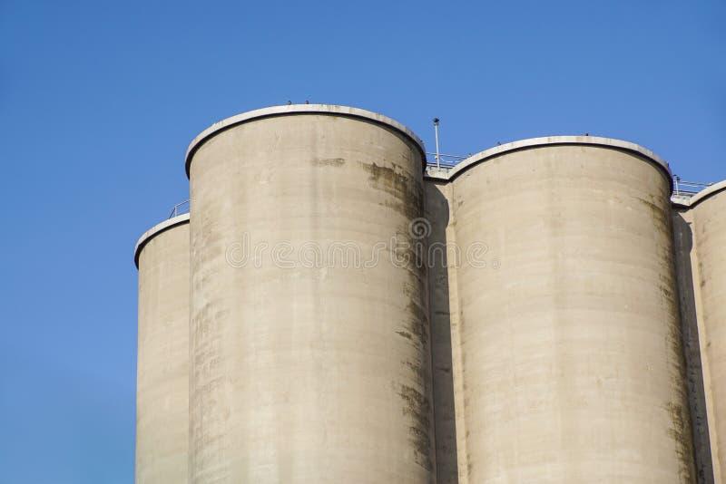 Zewnętrzny widok cementowa fabryka, silosy dla magazynu obraz stock