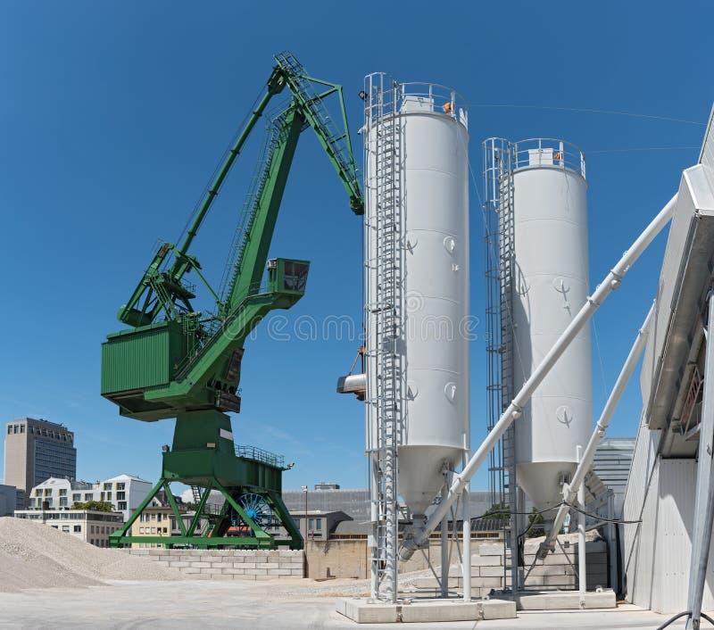 Zewnętrzny widok cementowa fabryka z żurawiem i betonowym miesza silosem obraz stock