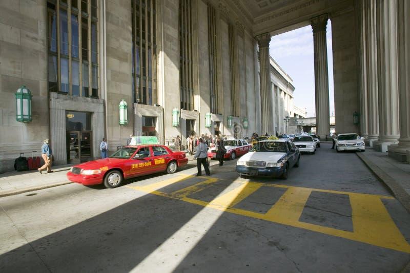 Zewnętrzny widok czerwona taxi taksówka przed 30th ulicy stacją, krajowy rejestr Historyczni miejsca, AMTRAK dworzec ja obrazy stock