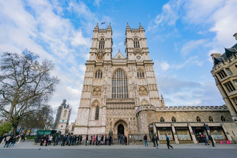 Zewnętrzny widok długa stać w kolejce linia i opactwo abbey zdjęcie royalty free