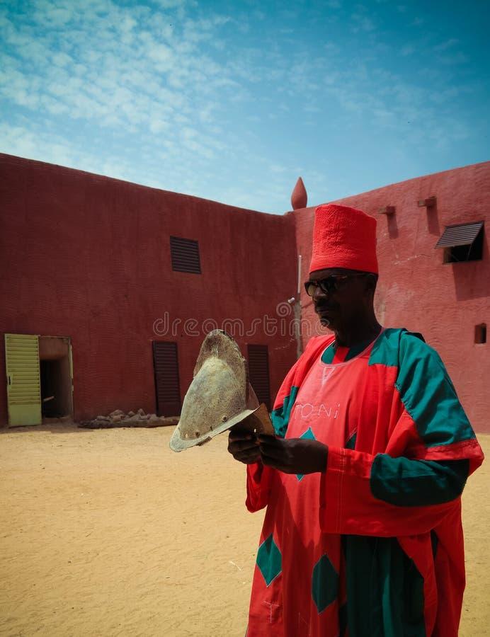 Zewnętrzny widok Damagaram sułtanu siedziba i portret sułtanu strażnik w obywatela mundurze, Zinder, Niger obrazy royalty free