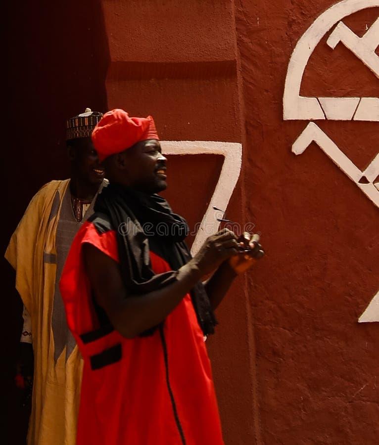 Zewnętrzny widok Damagaram sułtanu siedziba i portret sułtanu strażnik w obywatela mundurze, Zinder, Niger fotografia stock