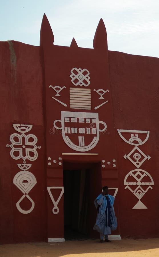 Zewnętrzny widok Damagaram sułtanu siedziba i portret sułtanu strażnik w obywatela mundurze, Zinder, Niger obrazy stock