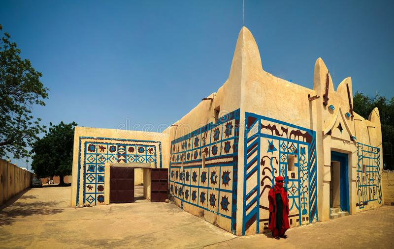 Zewnętrzny widok Dosso sułtanu siedziba i portret sułtanu strażnik w obywatela mundurze, Niger zdjęcia stock