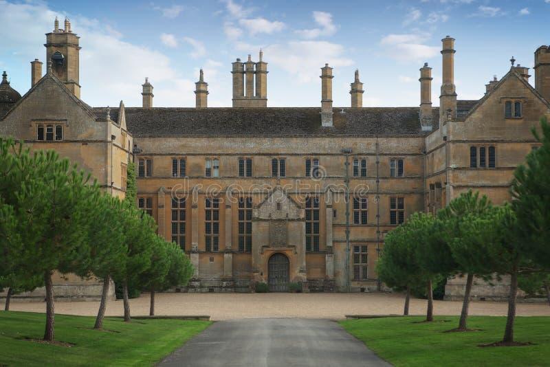 Zewnętrzny widok dostojny dom, Anglia zdjęcia royalty free