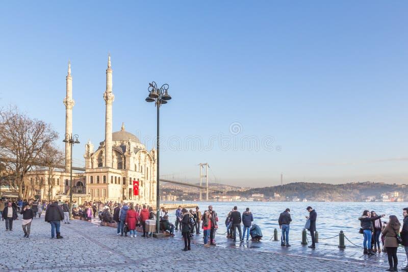 Zewnętrzny widok Ortakoy meczetu with15 Lipiec męczenników most zdjęcia stock