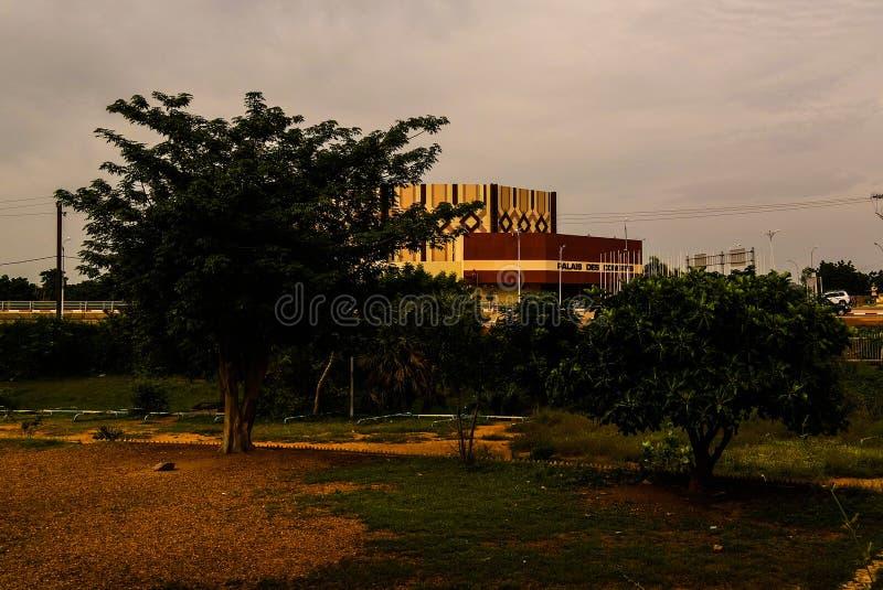 Zewnętrzny widok Pałac De Kongres, Niamey, Niger obraz royalty free
