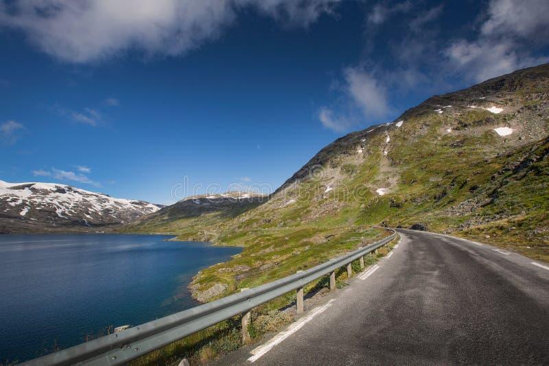 Zgłębia błękitnego jeziornego Djupvatnet z drogą w Norwegia obraz royalty free