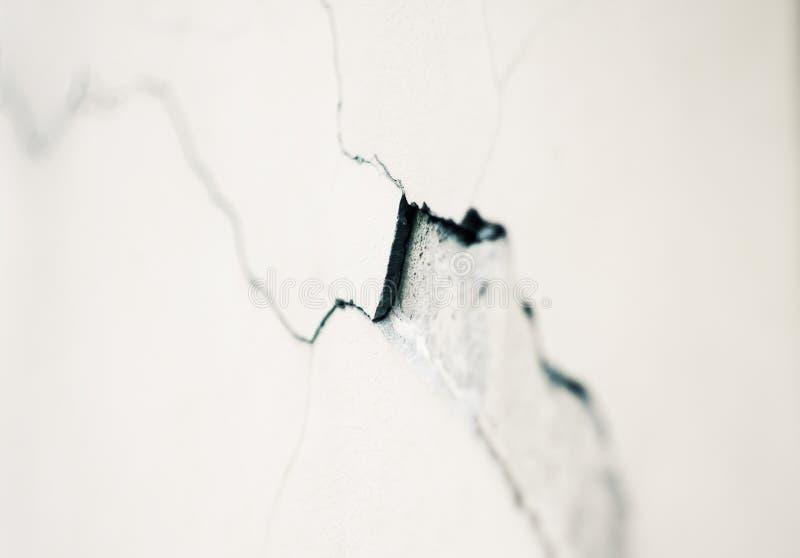 Zgłębia pęknięcie w tynku na białej ścianie fotografia stock