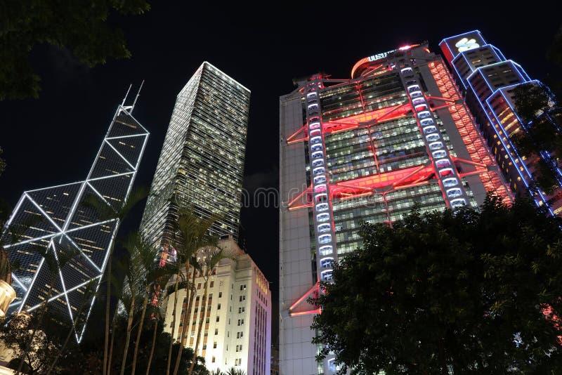 Zgłębia w górę widoku Hong Kong drapacze chmur przy nocą zdjęcia stock