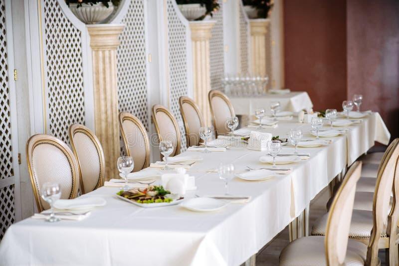 Zgłasza set dla bridal przyjęcia, białego tablecloth i bielu z złocistymi krzesłami, obraz royalty free