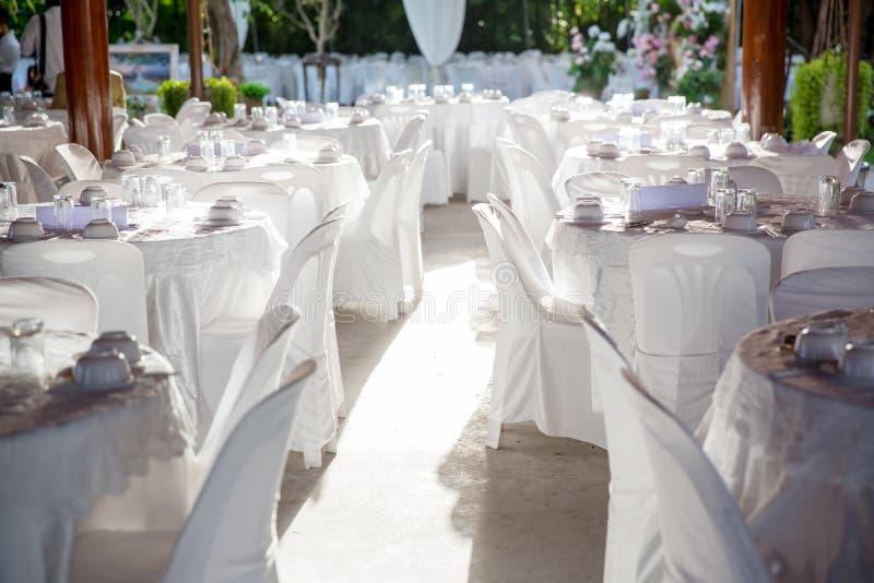 zgłasza set dla poślubiać lub innego catered wydarzenie gościa restauracji, luksusowy ślubu stołu położenie dla świetny łomotać zdjęcia royalty free