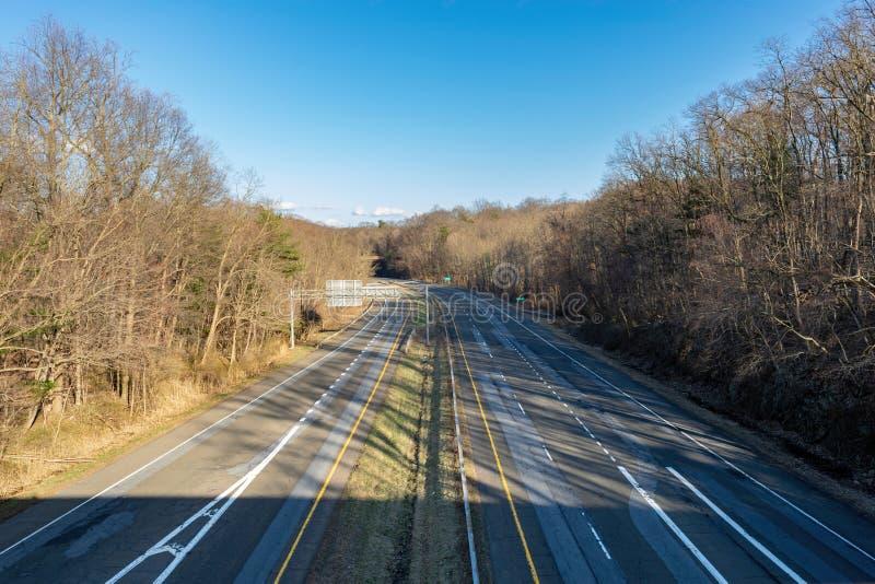 Zgina w drodze na pustej autostradzie, bez samochodów lub kierowców w widoku fotografia stock