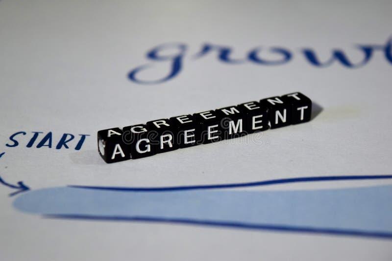 Zgoda na drewnianych blokach Współpracy partnerstwa transakcji kontrakta pojęcie obrazy stock
