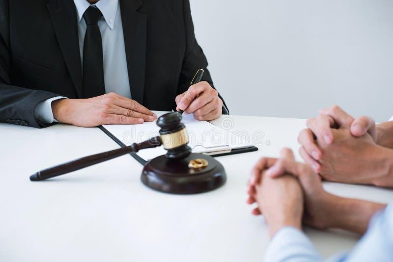Zgoda przygotowywał prawnika podpisywania dekretem rozwodu rozpuszczenie lub kasowanie podczas rozwodu małżeństwo, mąż i żona, zdjęcia royalty free