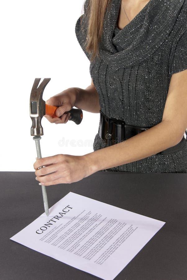 zgody bizneswomanu kontrakta metafory gwoździe fotografia stock