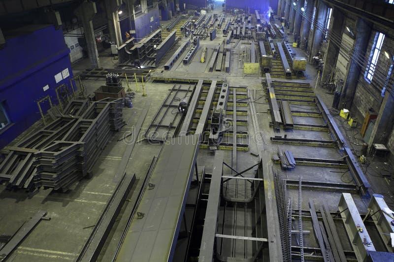Zgromadzenie metal struktury w fabrykować sklepowej podłoga, indust zdjęcia stock