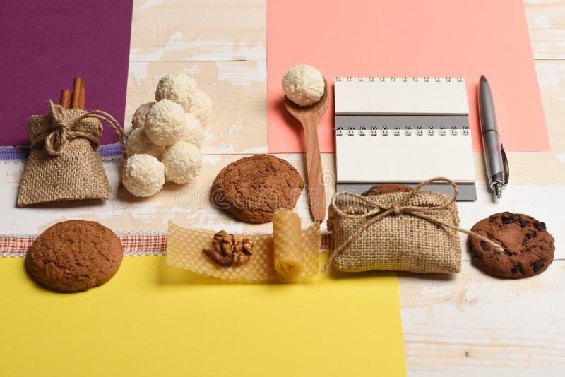 Zgrzyta pełno dokrętki i miód, owsów ciastka, kokosowe piłki, zdjęcia royalty free