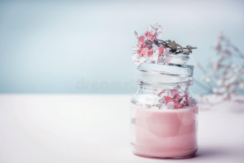 Zgrzyta z kwiecistą ziołową śmietanką z organicznie ziele kwiatami i, frontowy widok Naturalni organicznie kosmetyki fotografia royalty free