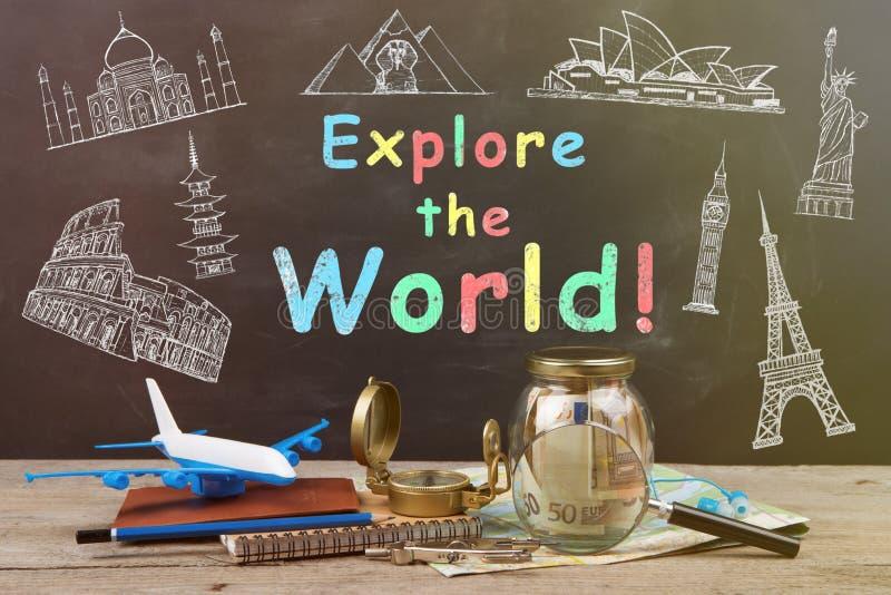 Zgrzyta z pieniądze dla podróży, map, paszporta i innego materiału dla, fotografia stock