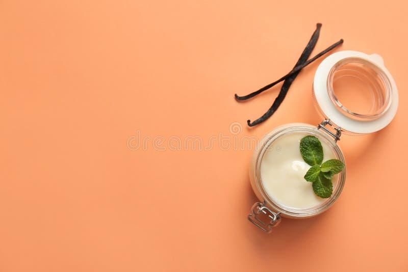 Zgrzyta z waniliowym puddingiem, kijami i świeżą mennicą, zdjęcia royalty free