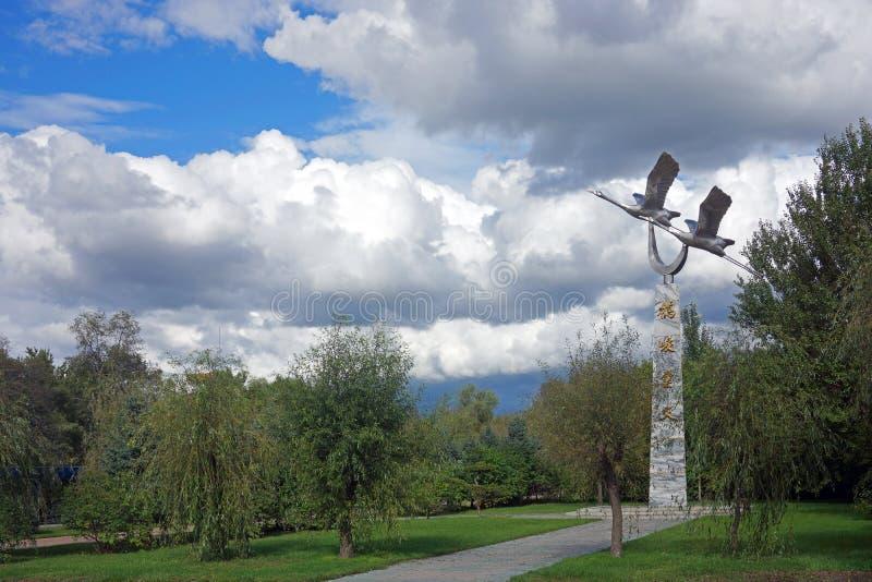 Zhalong rouge-a couronné la réserve naturelle de grues en monument de sculpture de la Chine de province de Heilongjiang image stock