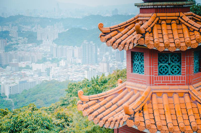 Zhang Shan Temple detrás de la montaña en Maokong cerca de Taipei Templo del chino tradicional foto de archivo libre de regalías