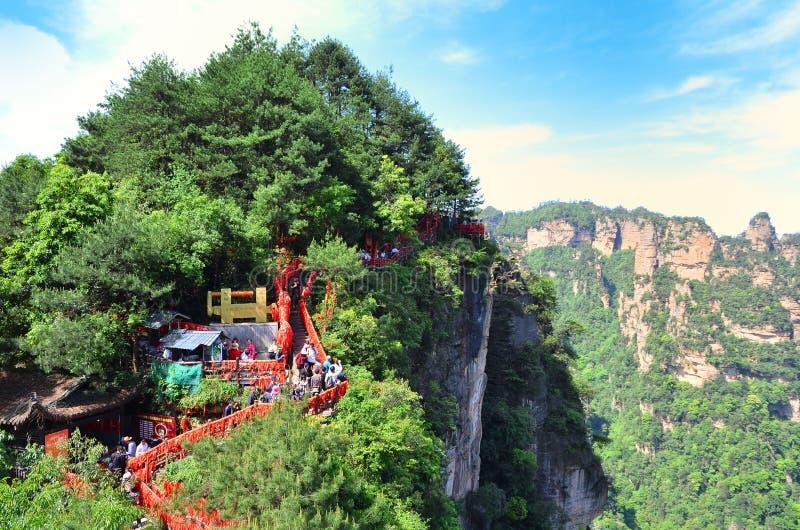 Zhangjiajie Chiny, Maj, - 10, 2017: Ścieżka z czerwonym faborku Zhangjiajie parkiem narodowym, Chiny zdjęcia royalty free