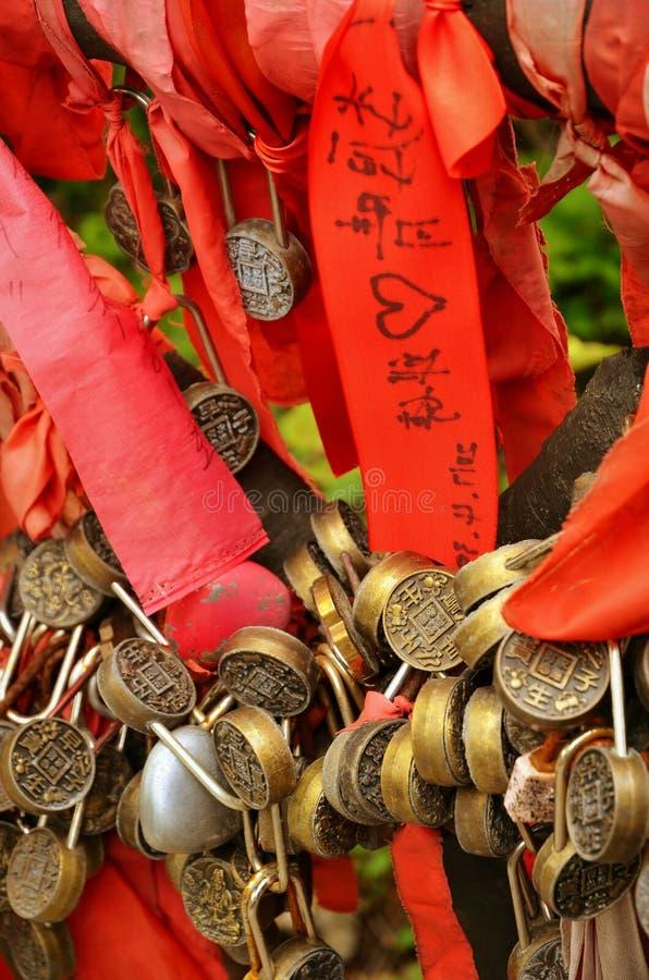 Zhangjiajie Chiny, Maj, - 10, 2017: Szczegół miłość blokuje z czerwonymi faborkami w Zhangjiajie parku narodowym, Chiny zdjęcia stock