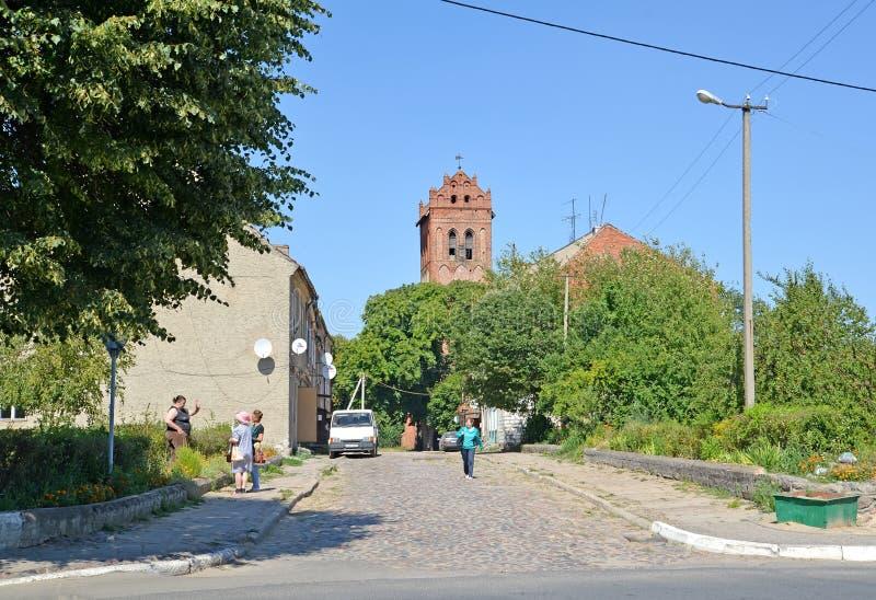 ZHELEZNODOROZHNY, RUSSLAND Eine Stadtlandschaft mit lutherischer Kirche auf dem Horizont stockfotografie