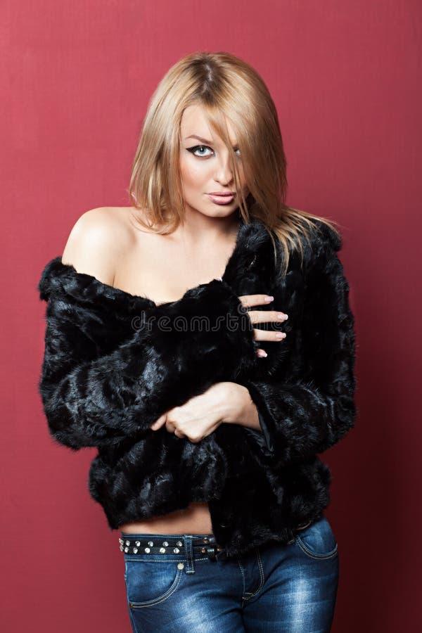 Zhenzhina im sexy kurzen Pelzmantel lizenzfreies stockfoto
