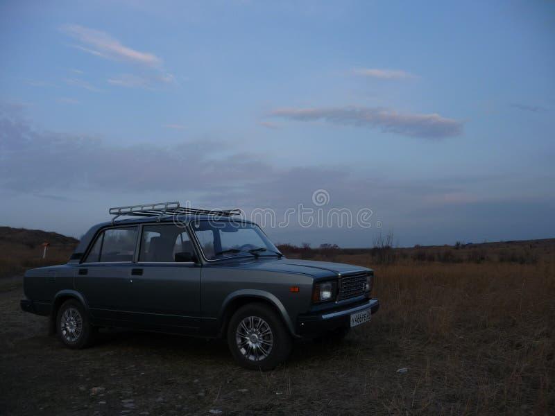 Zhiguli Lada dans la steppe dans la soirée en retard d'automne photo libre de droits