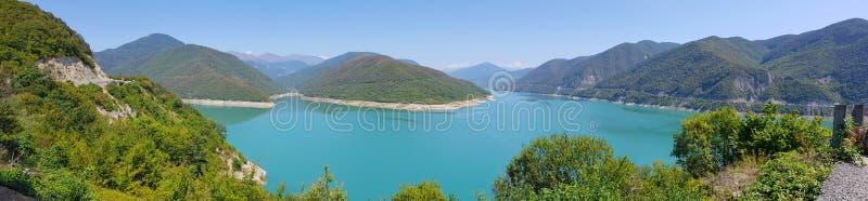 Zhinvalireservoir dichtbij Ananuri-Kasteel, Georgië stock foto