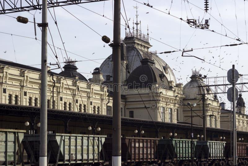 Zhmerynka, Ucrânia - 10 de novembro de 2019 Estação antiga na cidade de Zhmerynka, região de Vinnytsia Estação ferroviária sob a  foto de stock