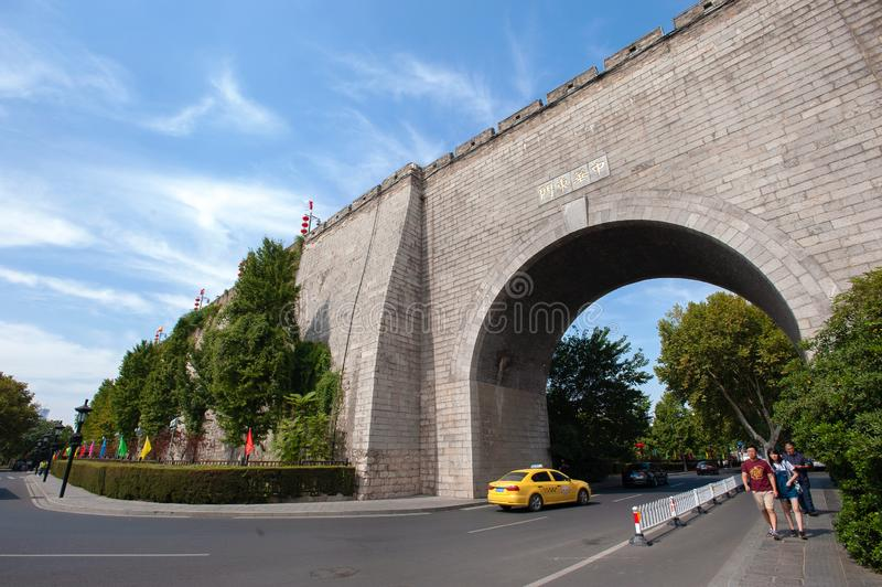Zhonghua East Gate Gate of China, East Gate, Nanjing, Kina Texten på väggen lyder Zhonghua East Gate royaltyfria foton