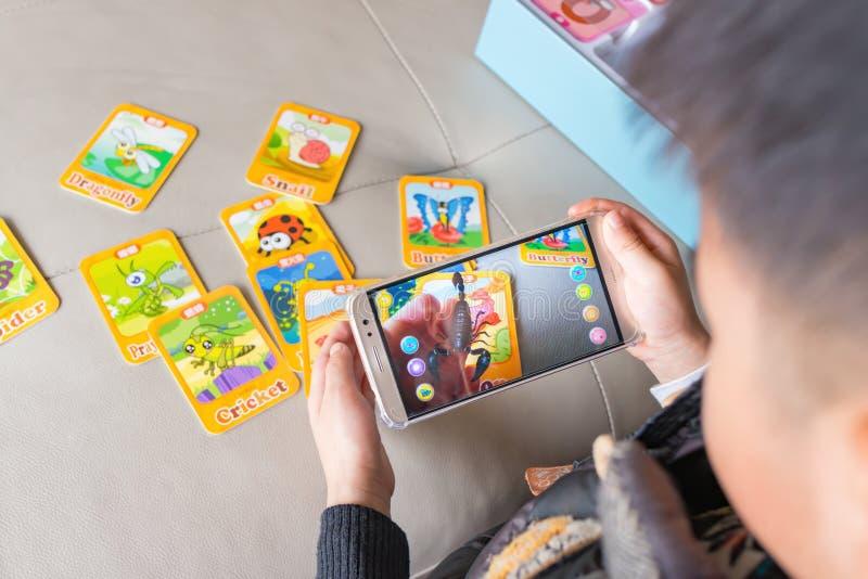 Zhongshan, China 30 de dezembro de 2017: caçoe o jogo da realidade aumentada emergente do escorpião através do móbil fotos de stock