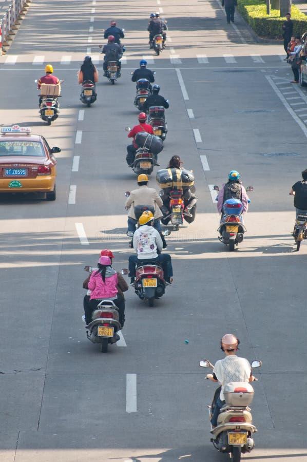 Zhongshan, porcelaine : Moto dans la rue du centre image libre de droits