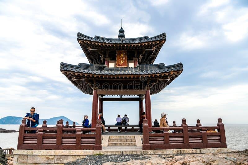 Zhoushan, Zhejiang, China - 06 DE MAYO DE 2018 : :: La montaña Putuoshan es la residencia de la diosa de la misericordia estatua  fotos de archivo