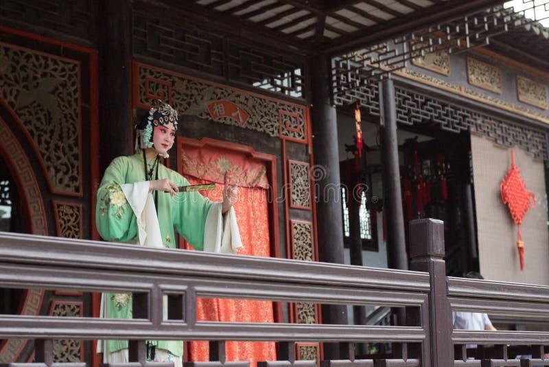 ZHOUZHUANG, КИТАЙ: Талантливый совершитель оперы поя оперу Kunqu, одну из самых старых форм китайской оперы, на Zhouzhuang старом стоковое фото rf