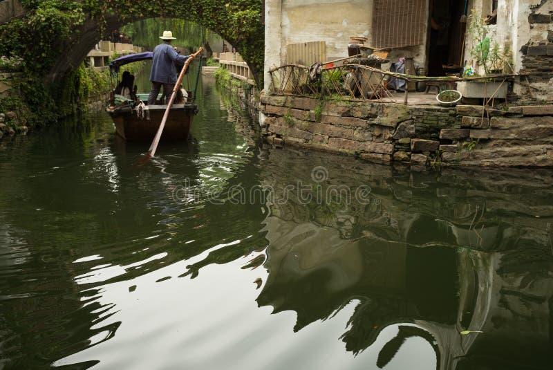 ZHOUZHUANG, CHINA: Boot die door kanalen overgaan stock foto's