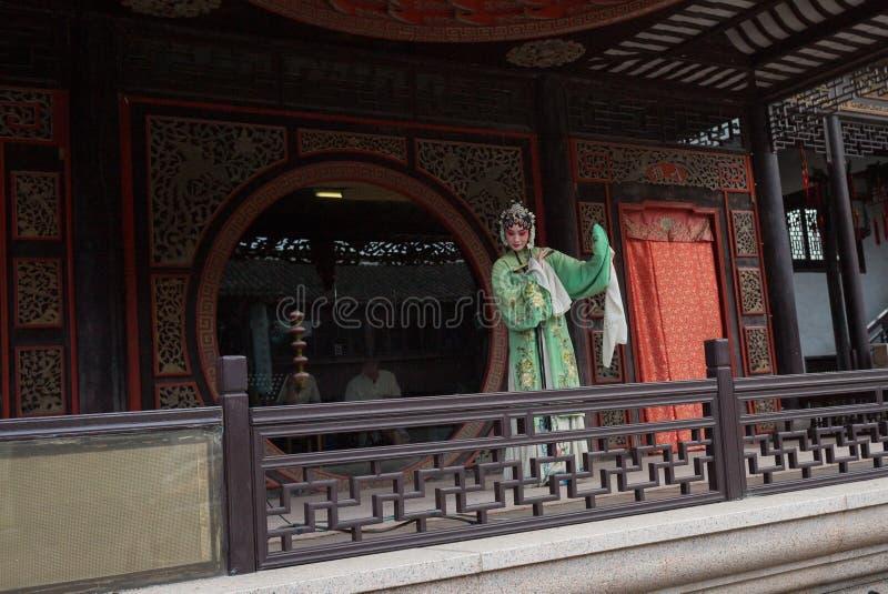 ZHOUZHUANG, CHINA: Executor talentoso da ópera que canta Kunqu Opera, um dos formulários os mais velhos da ópera chinesa, em Zhou fotografia de stock