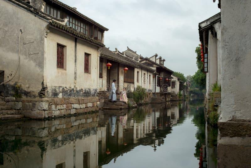 ZHOUZHUANG, CHINA: Oude huizenbezinning in een dorpskanaal stock afbeelding