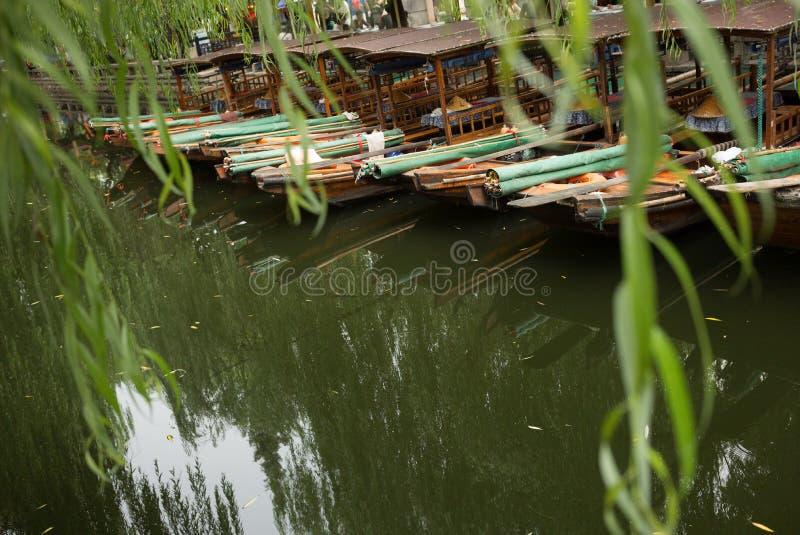 ZHOUZHUANG, CHINA: Steuermann, der das Boot überschreitet durch Kanäle fährt lizenzfreie stockbilder