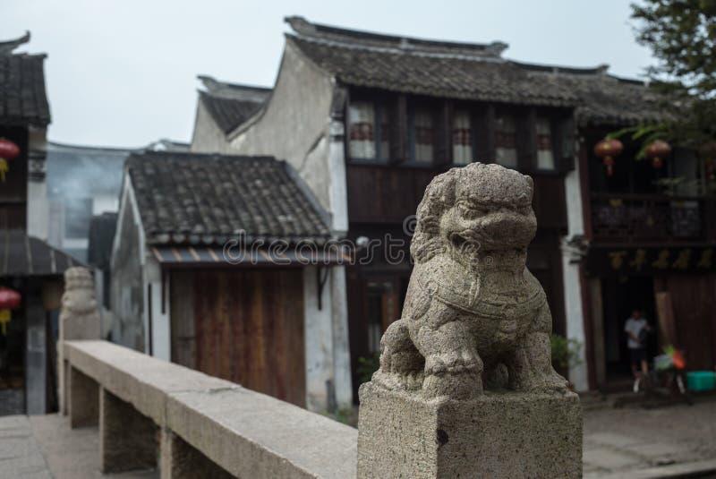 ZHOUZHUANG, CHINY: Starzy domy i bridżowy odbicie w wioska kanale fotografia royalty free